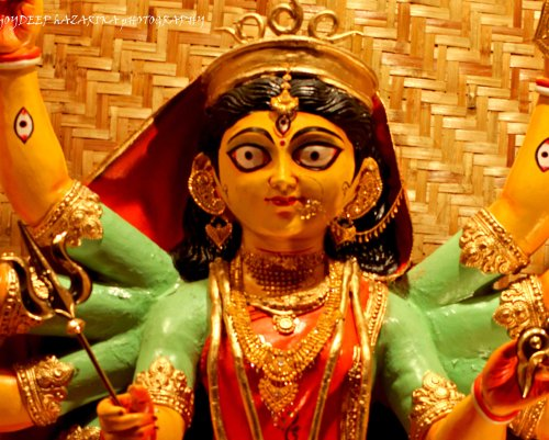 The Durga idol from a pandal in Fancy Bazar locality was made to wear real jewellery. The chain around the idol's neck was reportedly worth Rs 25 lakhs